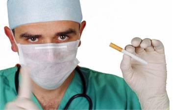 Врач с сигаретой в руке