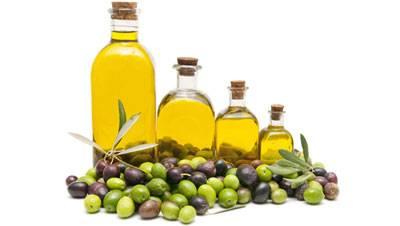 Бутылочки с маслом и оливки