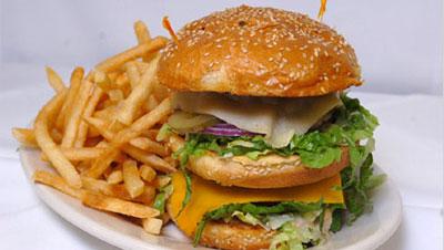 Гамбургер с жареной картошкой