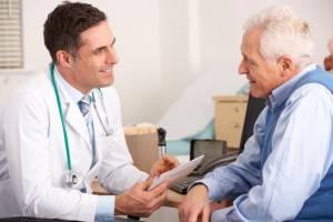 Доктор общается с пожилым мужчиной