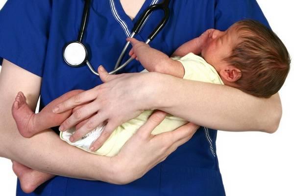 новорожденный с желтухой у доктора