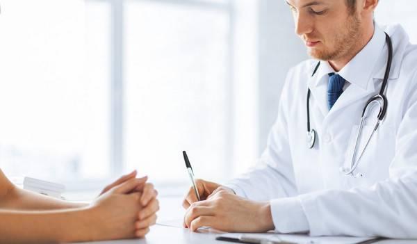 Доктор назначает лечение больному гепатитом C