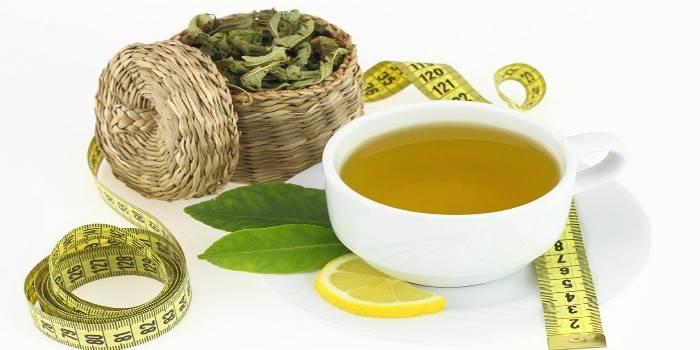 Чашка с чаем, сенна, сантиметр и долька лимона