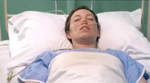Женщина на больничной койке