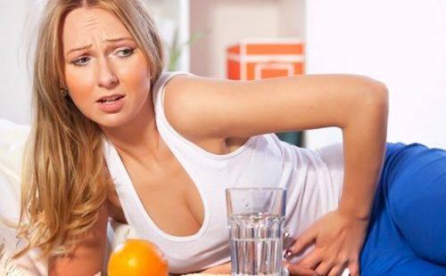 Девушка с больным животом перешла на воду и апельсины