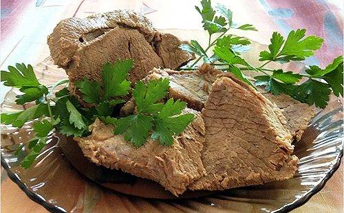 Отварное мясо украшено зеленью