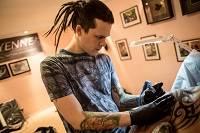 Мастер делает тату