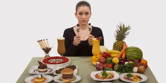 Девушка выбирает между вредными и полезными продуктами