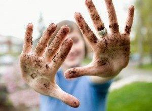 девушка показывает грязные руки