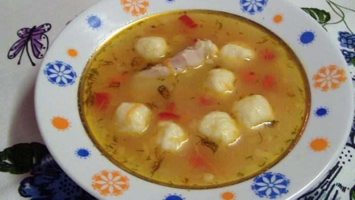 Суп овощной с сырными клецками.