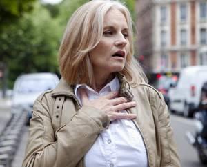 У женщины в бежевой куртке отдышка