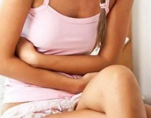 У девушки в розовой майке скрутило живот
