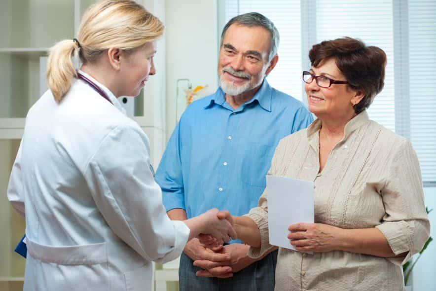 две женщины мужчина врач пациенты