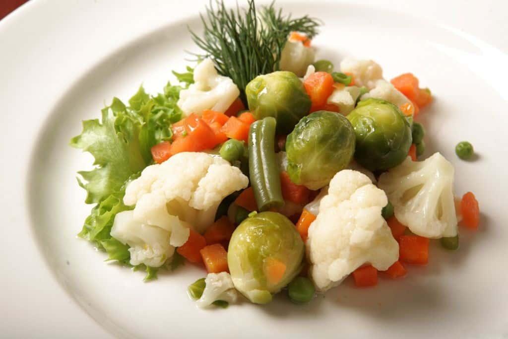 тарелка овощи зелень