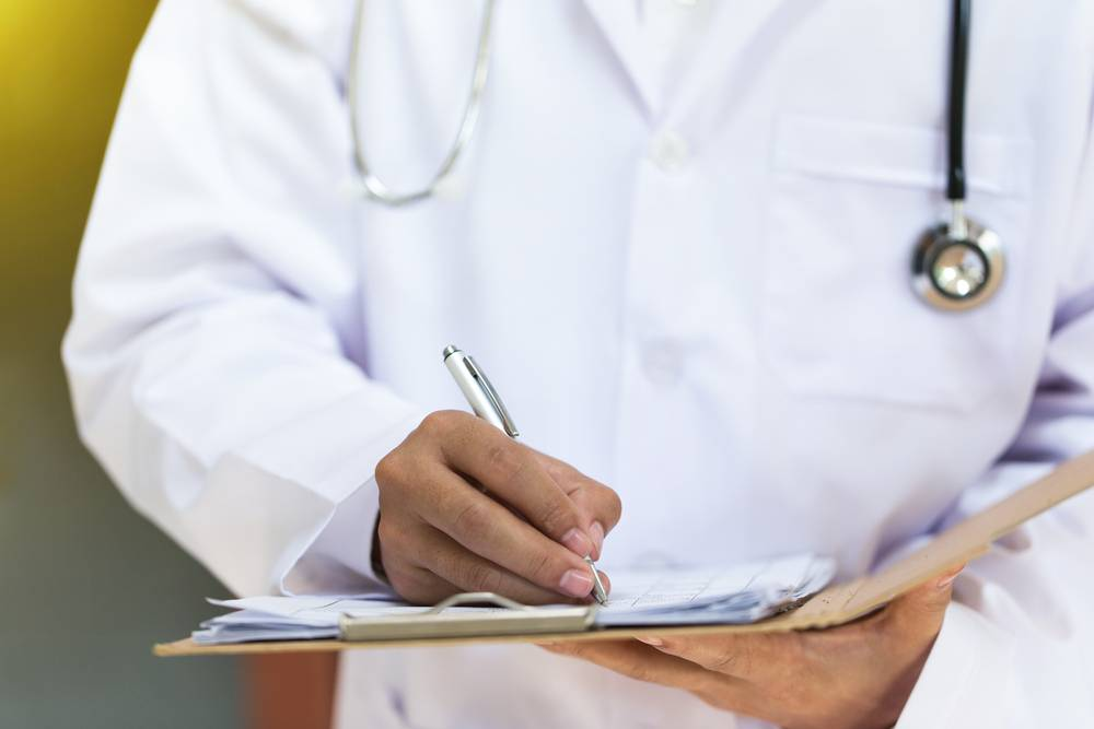 доктор анализирует результаты