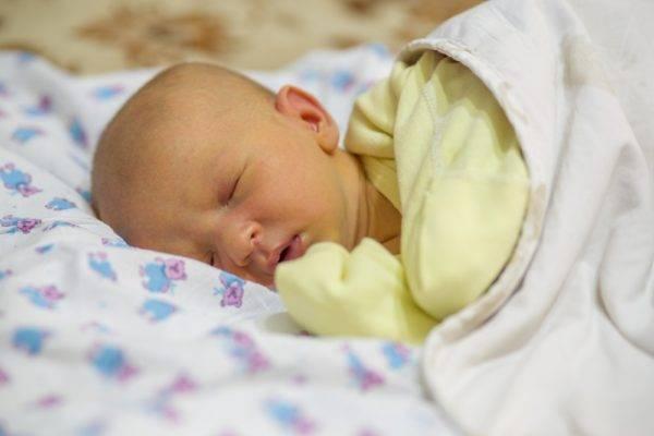 Корректировать уровень билирубина у младенца нужно при признаках желтухи